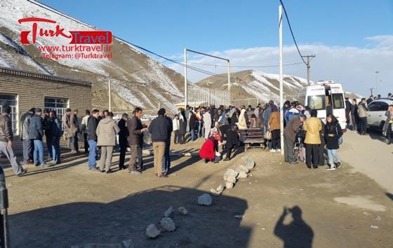 ترافیک مسافر در مرز رازی - سفرنامه نوروزی وان از خانم مهرنوش