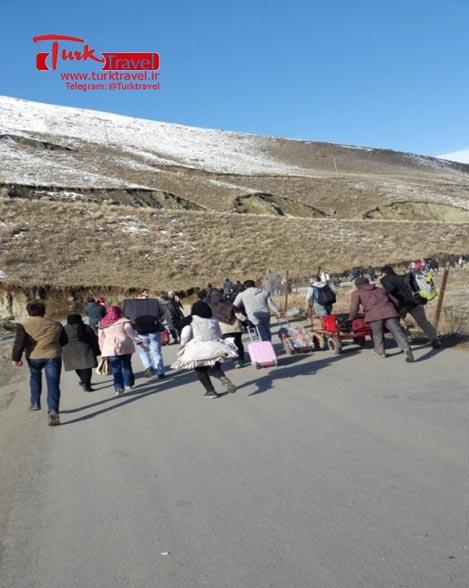 ازدحام مسافر در مرز رازی خوی - سفرنامه نوروزی وان از خانم مهرنوش