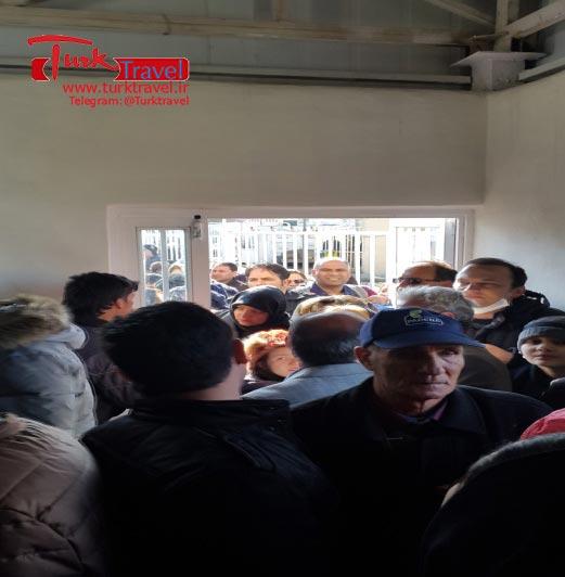 عبور مسافرین از مرز رازی - سفرنامه نوروزی وان از خانم مهرنوش