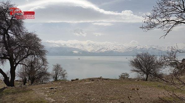 شنا در دریاچه وان
