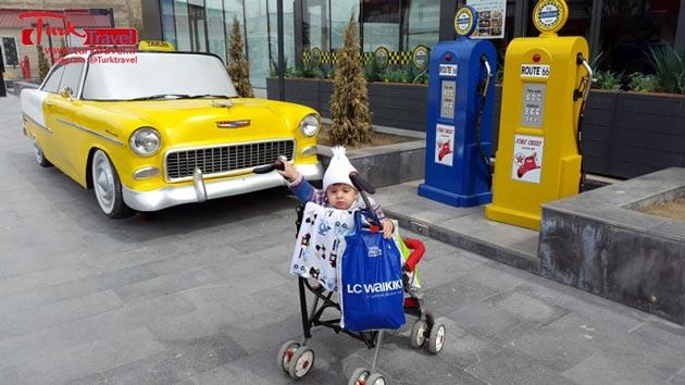 تاکسی کلاسیک زرد رنگ مقابل مرکز خرید وان