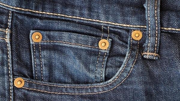 راز وجود دکمههای متعدد روی جیبهای شلوار جین چیست؟